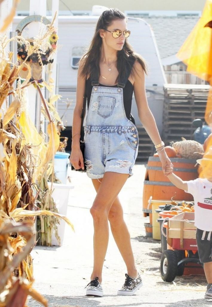 alessandra-ambrosio-at-mr.-bones-pumpkin-patch-in-west-hollywood-october-2014_4