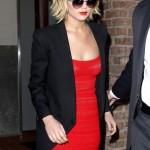 Jennifer Lawrence e um look mulher fatal.